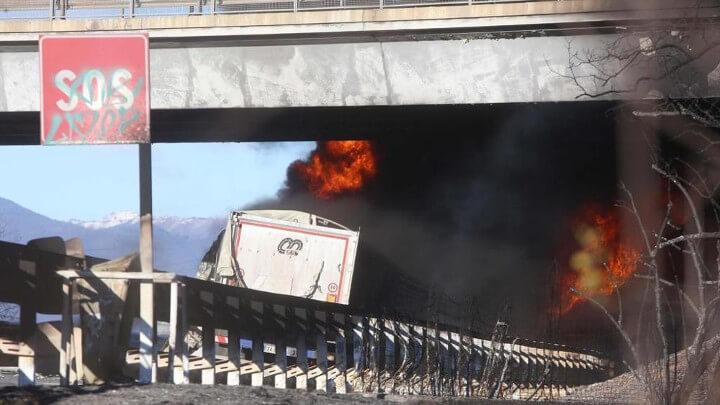 Camion cisterna prende fuoco. 6 morti tra cui 2 bambini