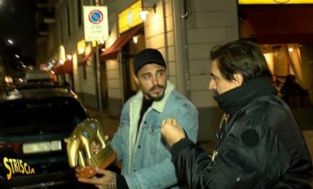 Francesco Monte riceve il Tapiro d'oro di Striscia la notizia per il caso droga sull'Isola dei Famosi