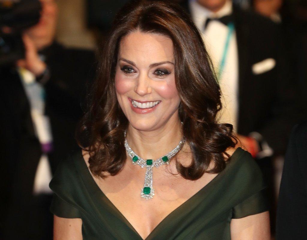 Cerimonia BAFTA 2018: Kate Middleton sfugge al dress code e veste uno splendido abito verde