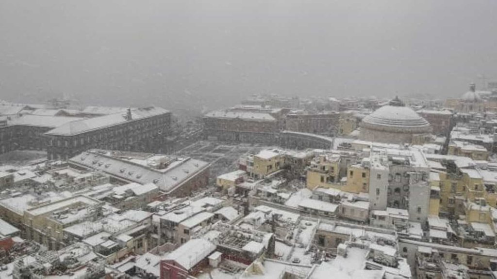 Maltempo Napoli: scuole chiuse, traffico bloccato e voli cancellati