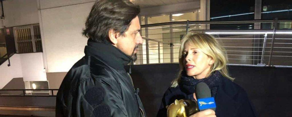 Alessia Marcuzzi riceve il Tapiro d'oro di Striscia la notizia per la discussione con Eva Henger