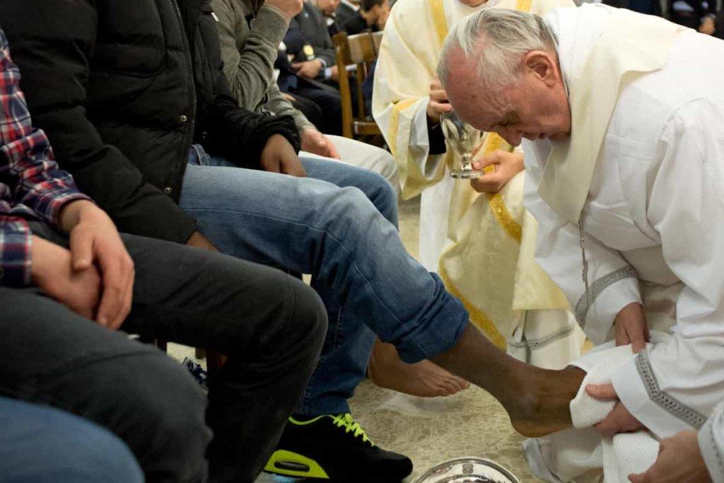 Papa Francesco, si è recato nel carcere di Regina Coeli per lavanda dei piedi a 12 detenuti
