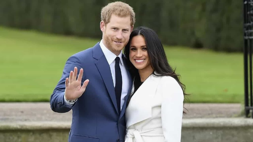 Meghan Markle è arrivata alla Saint George Chapel. Velo lunghissimo e abito sobrio per l'ex attrice di Hoolywood, visibilmente agitato il Principe Harry. Per la prima volta nella storia della Casa reale la sposa percorre una parte della navata da sola.