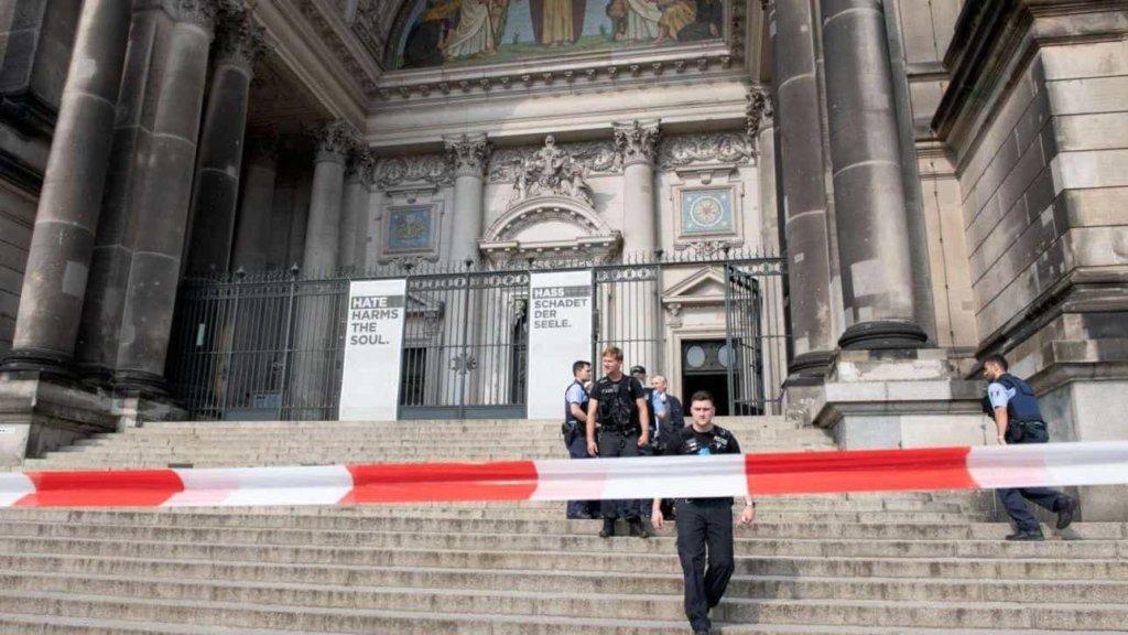 Germania, spari nel duomo di Berlino: un agente ha colpito un uomo armato di coltello
