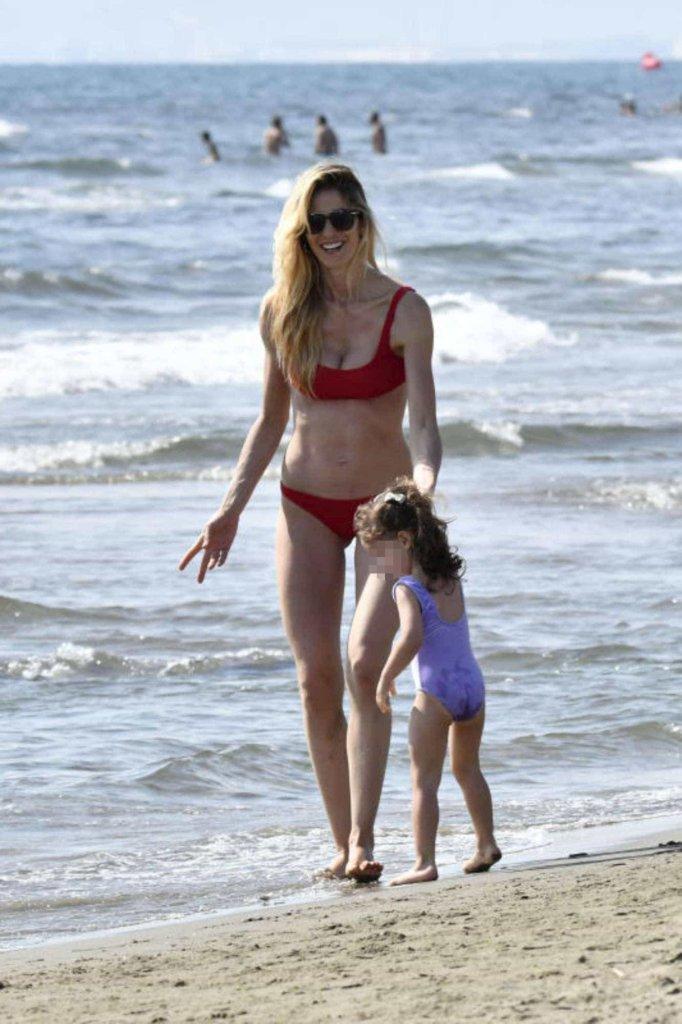 Elena Santarelli va al mare con la figlia e il web l'attacca!