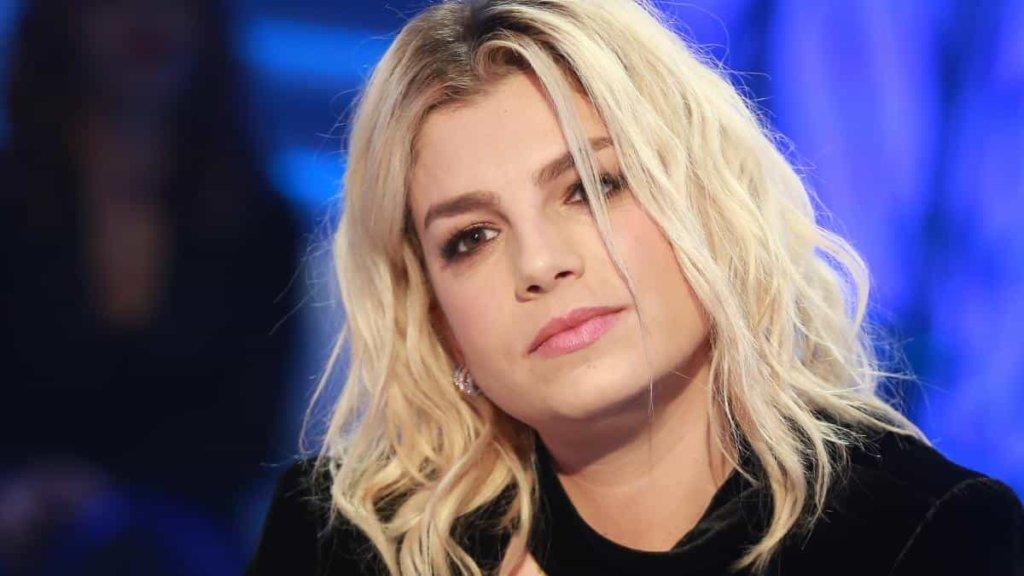 Emma Marrone annulla i concerti per un serio problema di salute. Maria De Filippi le manda un messaggio d'incoraggiamento